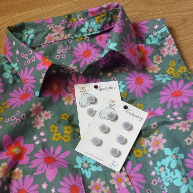 I found the perfect vintage buttons for my latest Alder dress.  #alderdress #aldershirtdress #grainlinestudio #seamallowance #cottonandsteel #cottonandsteelclosetaldershirtdress,grainlinestudio,cottonandsteel,alderdress,cottonandsteelcloset,seamallowancearunningstitcher