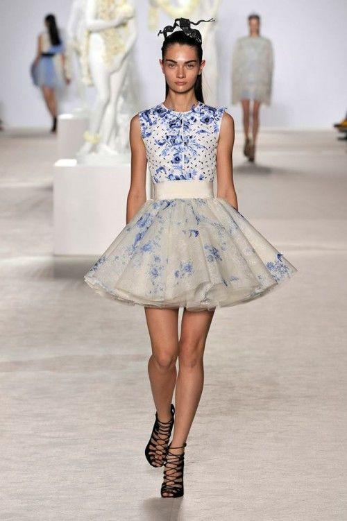 vestido corto muy femenino en color azul cielo para una boda por el