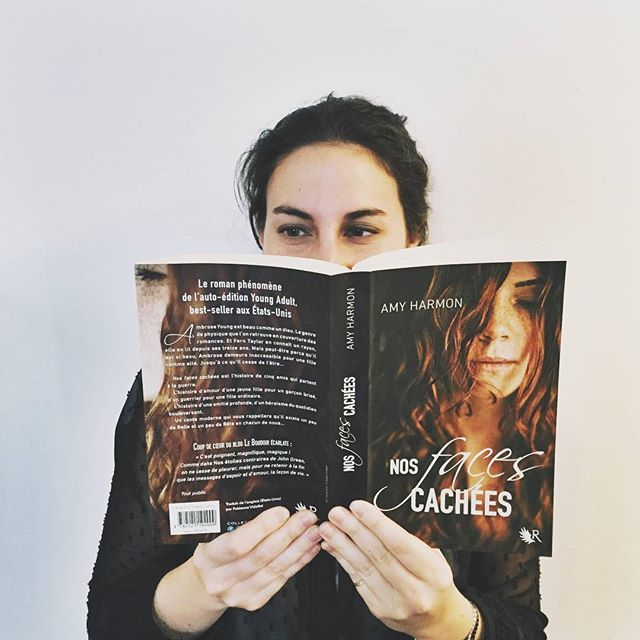 #LaTeamR vous recommande : #NosFacesCachées  Cécile, qui s'occupe des blogueurs & youtubeurs, adore les histoires d'amour (elle aurait de bons conseils à vous donner en la matière d'ailleurs ) ! Elle ne pouvait que tomber amoureuse de Fern & Ambrose !   Et vous les #R-eaders ? Sous le charme de la plume d'#AmyHarmon ? Et que pensez-vous de la nouvelle couverture avec #Fern ?