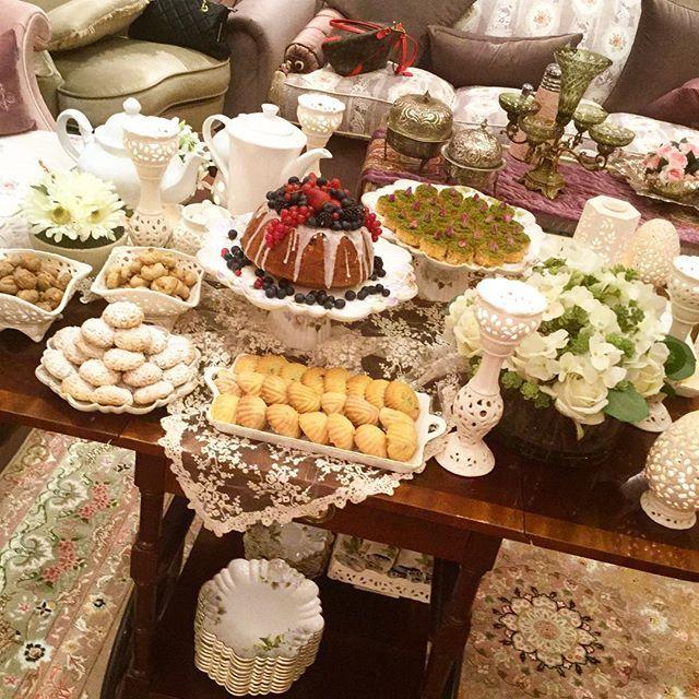 منى قبوري On Instagram وهنا الكيكة متألقة وسط طاولة الضيافة في يوم من الأيام Table Decorations Cheese Board Decor