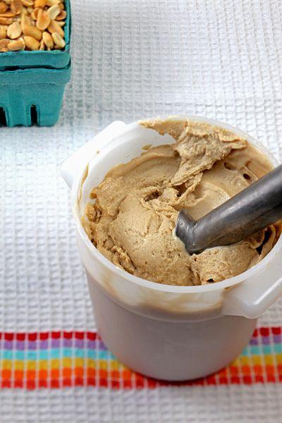 Caramelized Banana Peanut Butter Vegan Ice Cream (måske i en udgave med tahin, hakkede valnødder, banan og vanilie + lidt kokosmælk? Afprøv!)