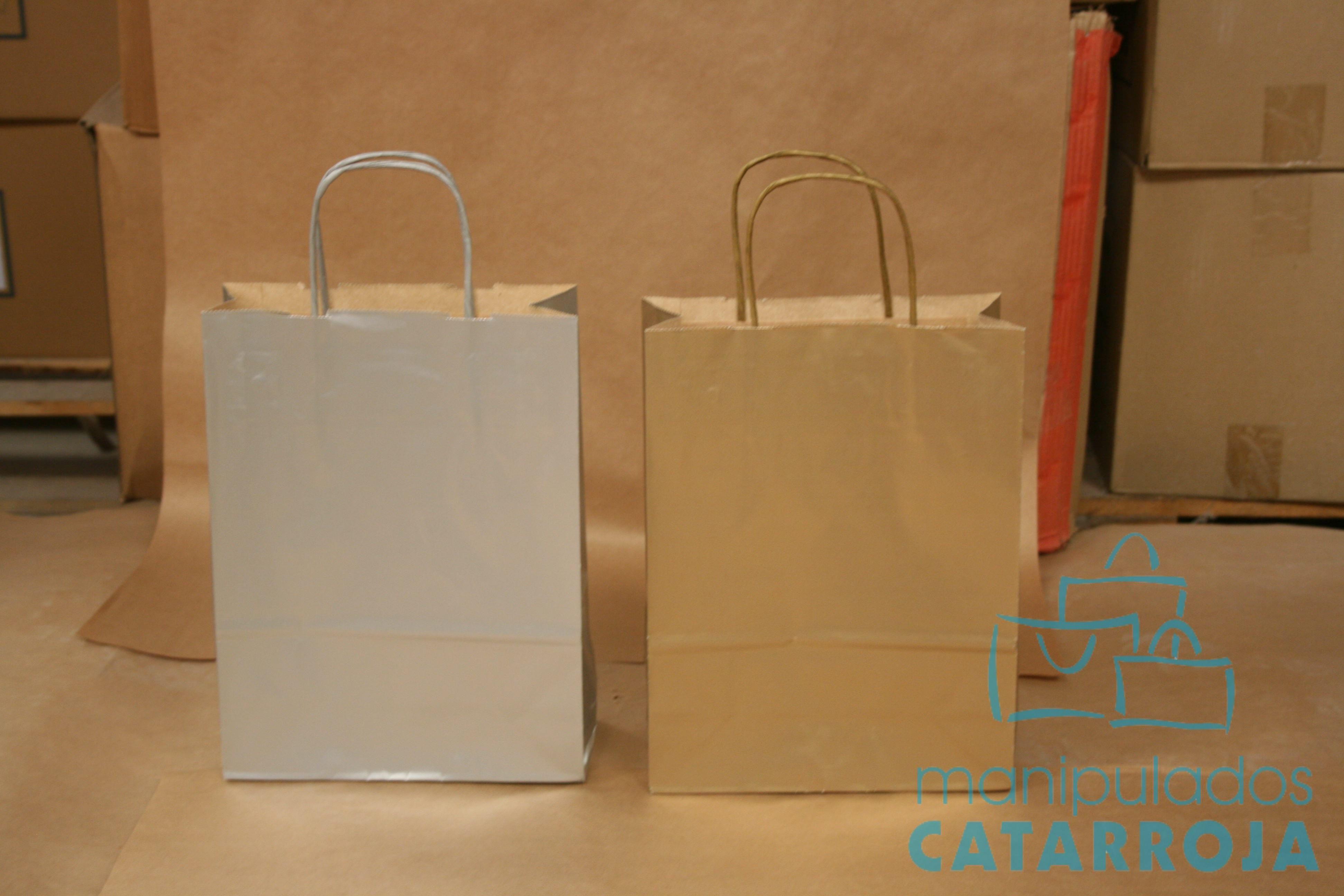 Bolsas de papel efímeras con asa de cartón.