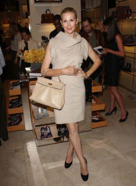 バッグと同系色のワンピースを合わせたシックな着こなしは大人のエレガントコーデですね ファッション ゴシップガール ファッションアイデア