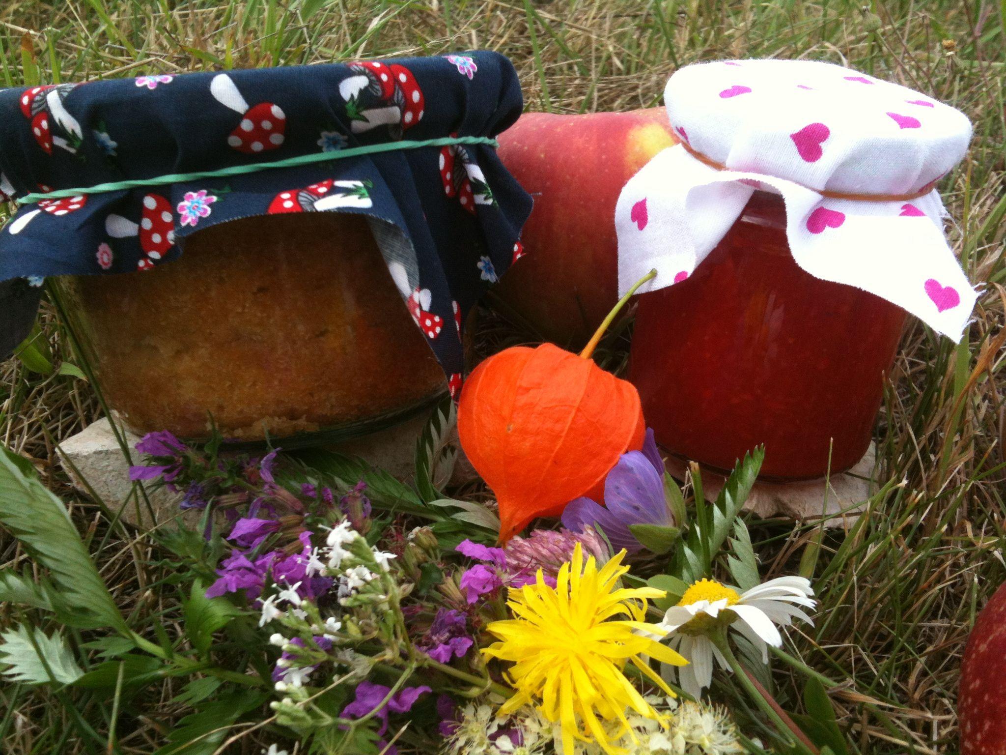 Apfelkuchen im Glas und eine Erdbeer-Kokos-Marmelade.