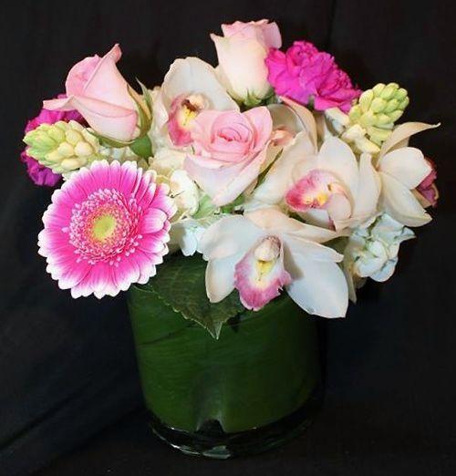Centro de gerberas, rosas orquídeas y jacintos vía The Blue Bell Flower Shoppe