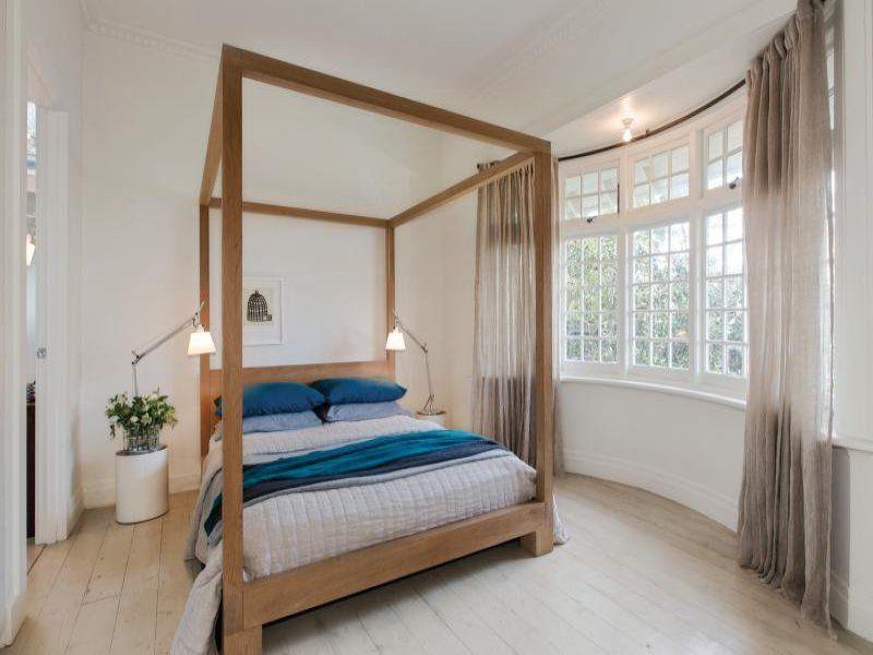 Puuvuode, liukuvärjätty verhot, vaalea puulattia, valkoiset seinät ja katto. Vaaleat lamput sopii, vaikka yöpöytä voisi olla leveämpi tavaroille tms. Sininen on kiva väripilkku.