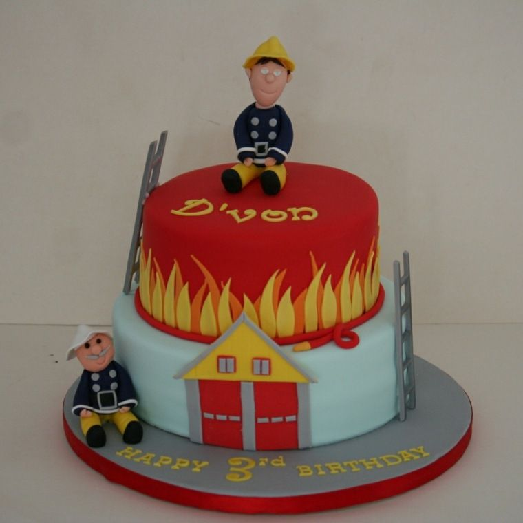 Gateau Sam Le Pompier Allumant Bougie Pour L Annee Qui S Eteint Brandweerman Sam Taart Brandweerman Taart Brandweerman