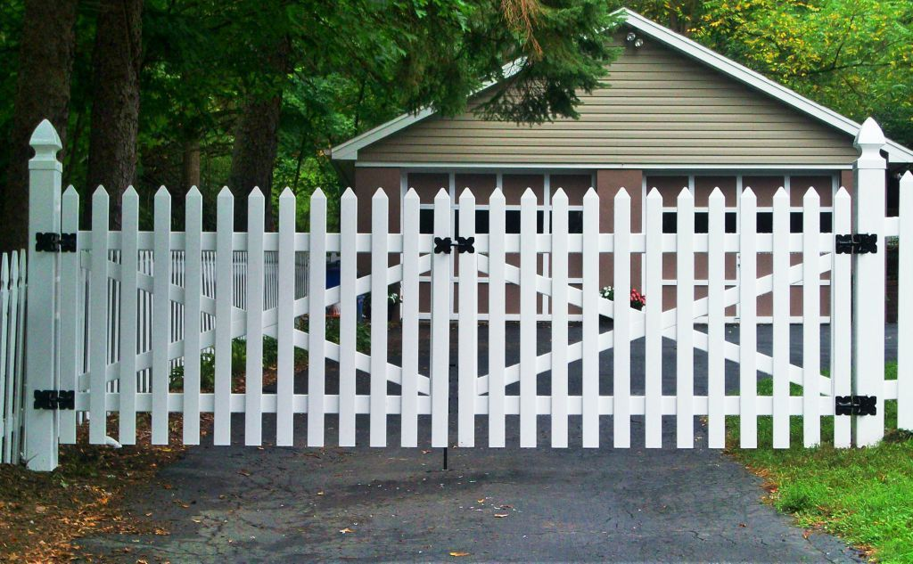 Vinyl Picket Driveway Gate Fence Design Driveway Gate Driveway Entrance Landscaping