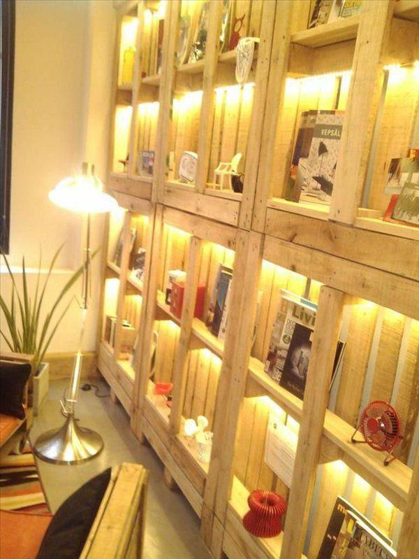 Möbel beleuchtung bücher deko Europaletten regale wand wohnen - wohnideen von europaletten