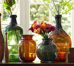 arranjos vidros coloridos e flores