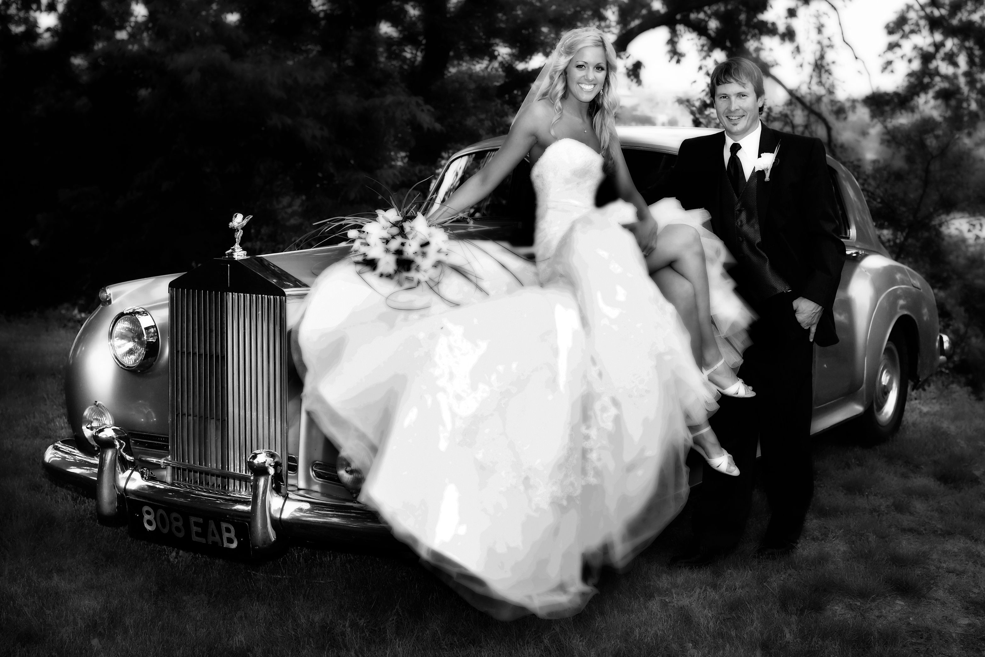 old car with bride and groom | Wedding car