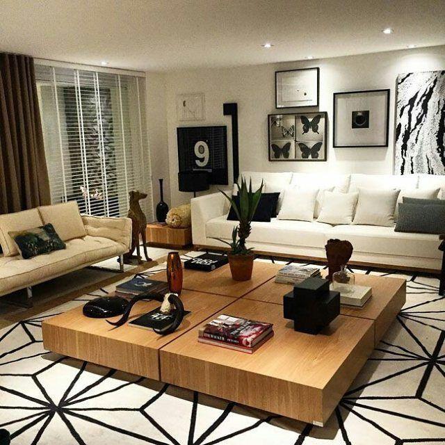 sala de estar clean mesa de centro em madeira e tapete
