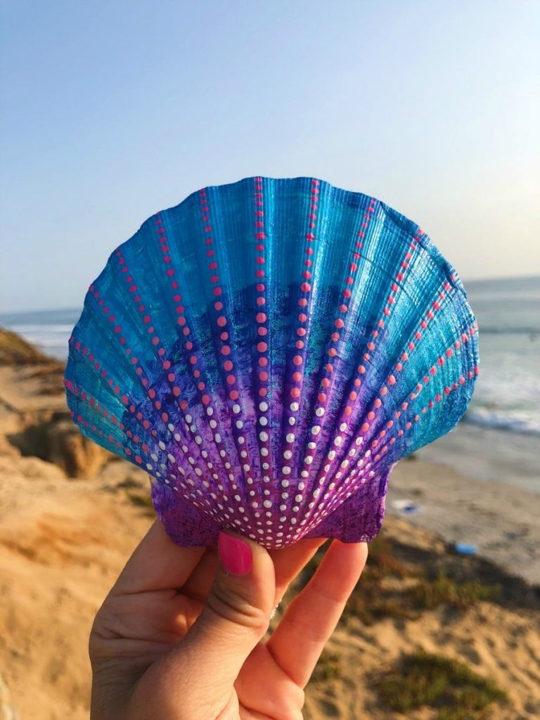 Get inspired with 20 painted sea shell crafts and shell designs. It's easy to decorate your favorite shells and turn them into beautiful shell art.