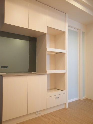 廚房門用「白膜玻璃」,餐廳收納櫃中間用「灰鏡」擴大空間感;廚房門旁為電器櫃 House Ideas Home