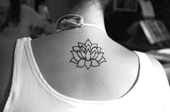 Tatuajes De Flor De Loto Tatuaje De Flores En La Espalda Tatuajes Cuello Tatuajes De Flores