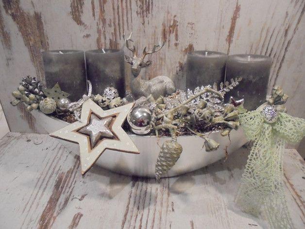 Ovale Schale mit grauen durchgefärbten Sicherheitskerzen, dazwischen Hirsch umgeben von grün gewachsten Zapfen etwas silbrigen Laub und einer Spitzenschleife. Alles haltbar und somit viele Jahre zu... #weihnachtlicheszuhause