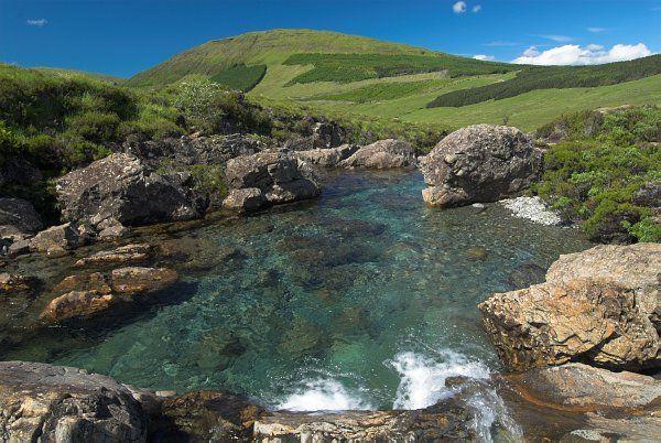 Foto das piscinas de fadas na Ilha de Skye, na Escócia.  Parte da Grã-Bretanha Express Travel and Heritage Library Imagem, coleção Escócia.
