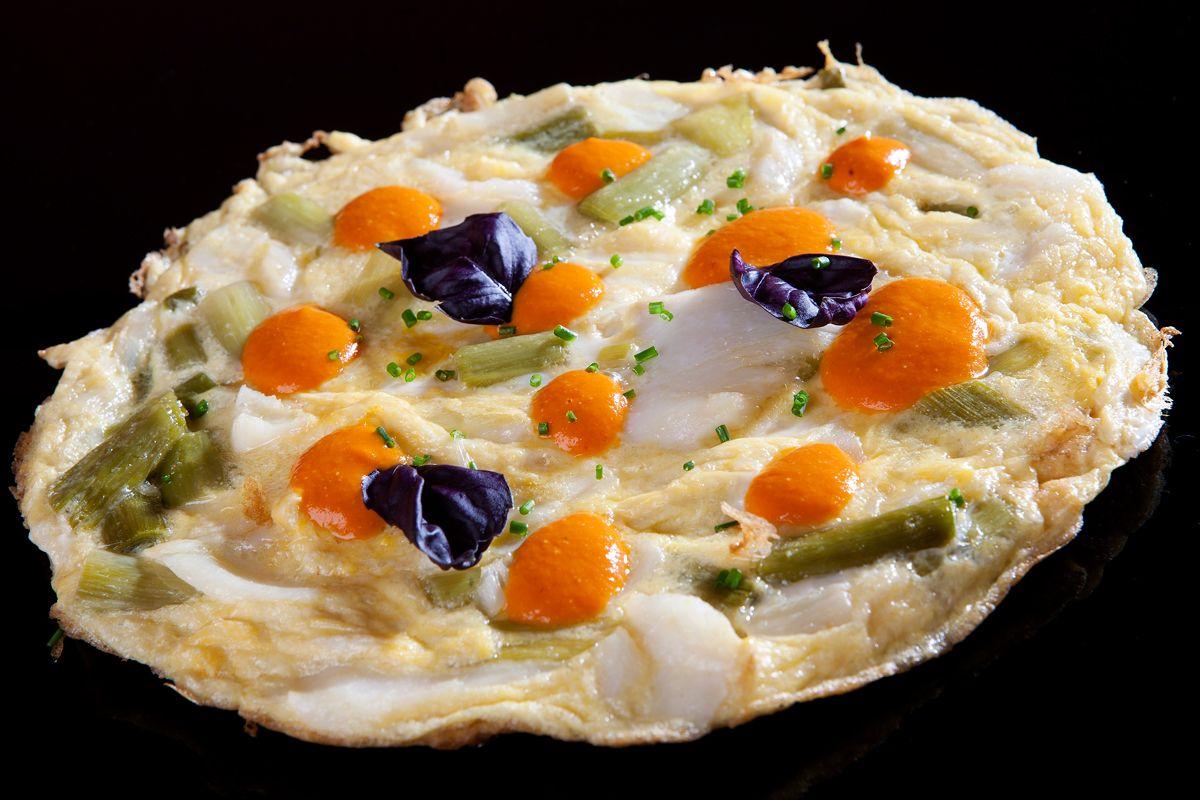 Nuestra Tortilla de Bacalao y Ajetes con salsa romescu.