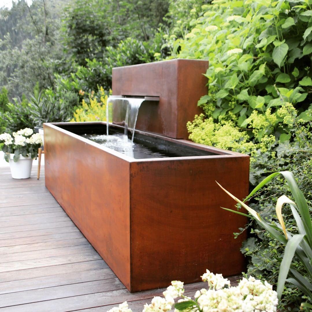Brunnen Nach Mass Aus Cortenstahl Wasserwand Mit Edelstahl Schutte Und Led Beleuchtung Www In 2020 Garden Inspiration Corten Steel Outdoor Decor