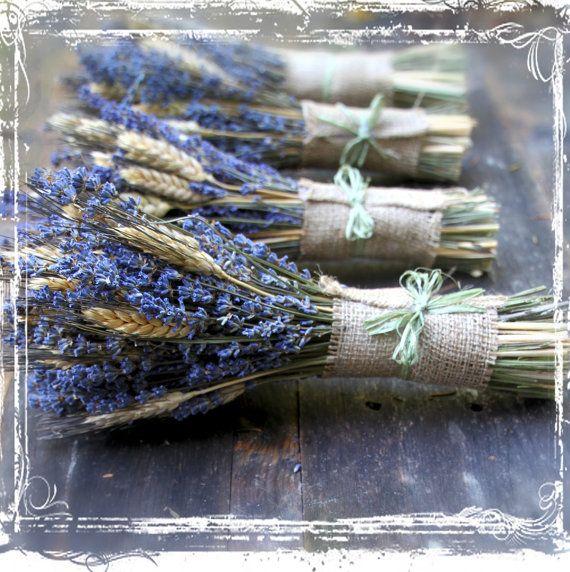 Ähnliche Artikel wie Weizen und Lavendel Hand gebunden Blumenstrauß - getrocknete Blume - Kraut Kräuter Aromatherapie - lila neutrale Sackleinen - Hochzeiten - Brautjungfern - Europäische auf Etsy #weddingbridesmaidbouquets