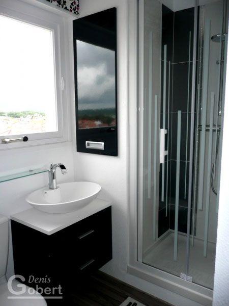 Une petite salle de bain tres moderne avec douche et vasque bol Réa