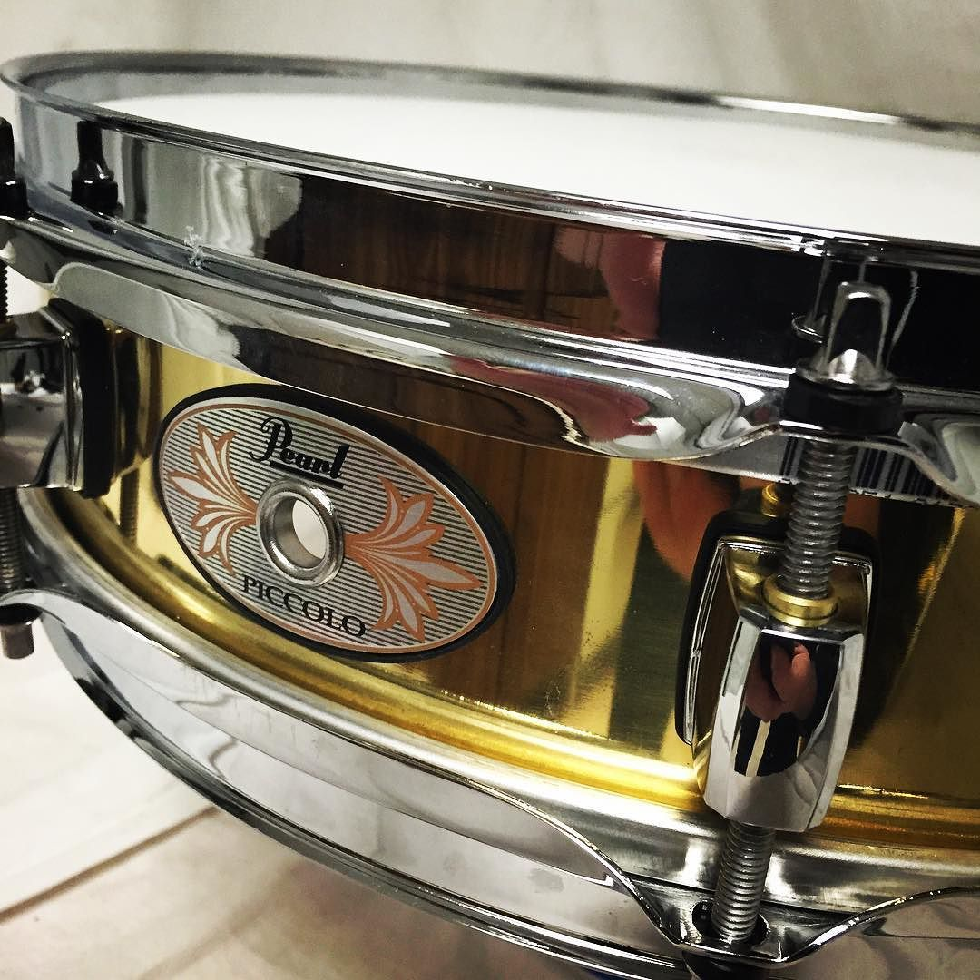 Pearl B1330 brass piccolo 3x13 snare. Pop.  #backline #drums #drum #drumset #drummer #drumgear #snare #snaredrum #pearldrums #pearlsnare #drumlife #drumporn #drumstagram by stewartmusicequipment