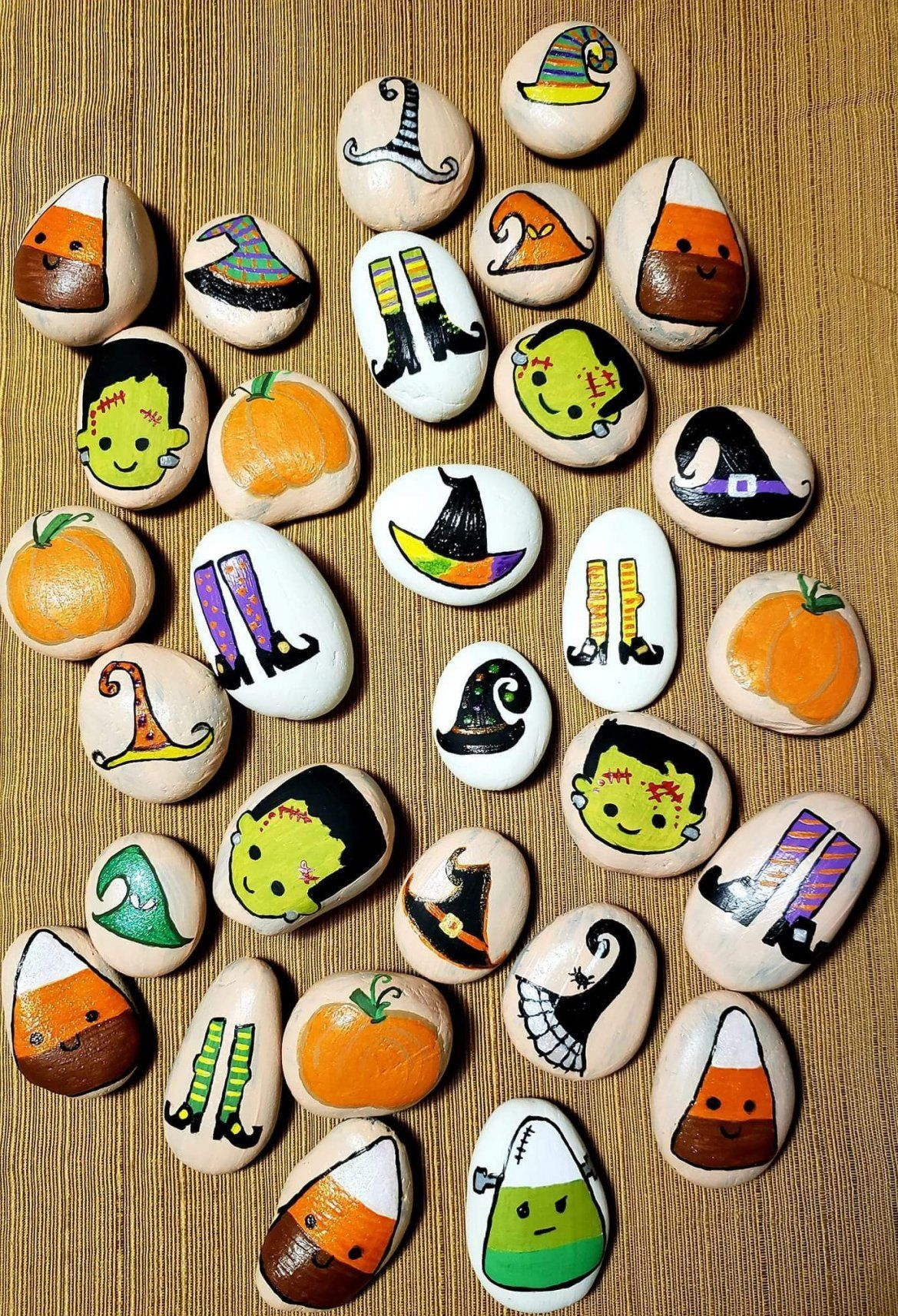 The Latest Trend In Halloween Stone Painting Halloween Stone Painting Manualidades Arte Manualidades Para Vender