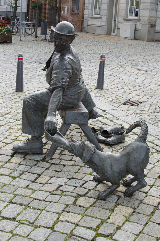 #Preetz Gar nicht so einfach ist die Arbeit als Schuster, wenn einem der Hund die Schuhe stiebitzen will und sogar die Mäuse es sich in der Werkstatt gemütlich machen. Mit einem lebensfrohen Bild und viel ...