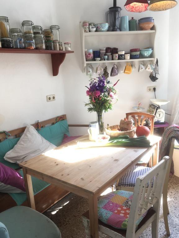 Gemütlicher Essbereich mit Vintage-Möbeln in Pastellfarben ...