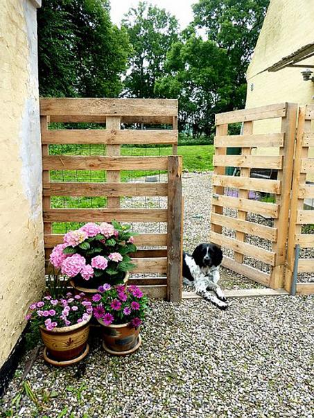 Pallet furniture furniture backyards and diy pallet for Diy pallet fence gate