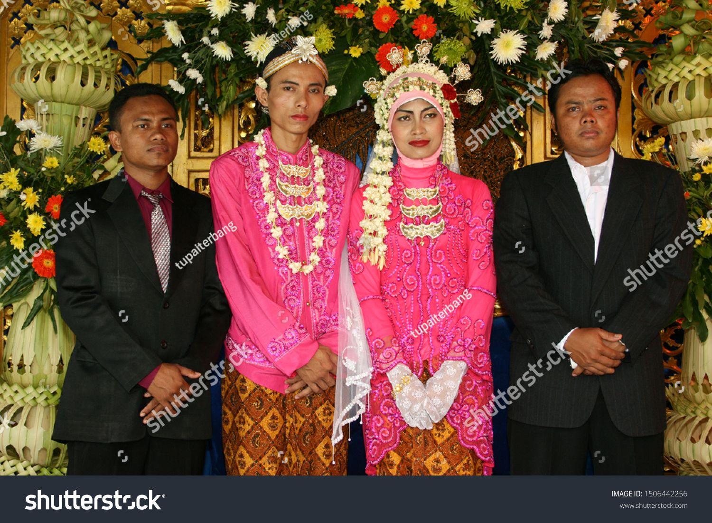 Javanese Traditional Wedding Ceremony Bantul Yogyakarta April 28 2008 Sponsored In 2020 Wedding Ceremony Traditions Traditional Wedding Website Template Design
