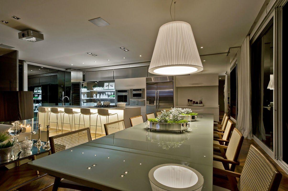 Cozinha e salas estar/jantar integradas com decoração neutra e ...
