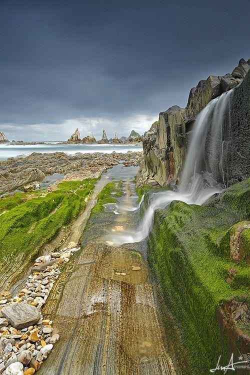 Gueirua Beach Is A Hidden Place In Asturias Spain An Almost Deserted Pebble Beach With Amazing Vie Paisajes De España Lugares De España Lugares Maravillosos