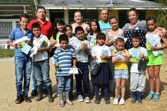 Niños del sector rural se beneficiaron con calzado y kits entregados por la…