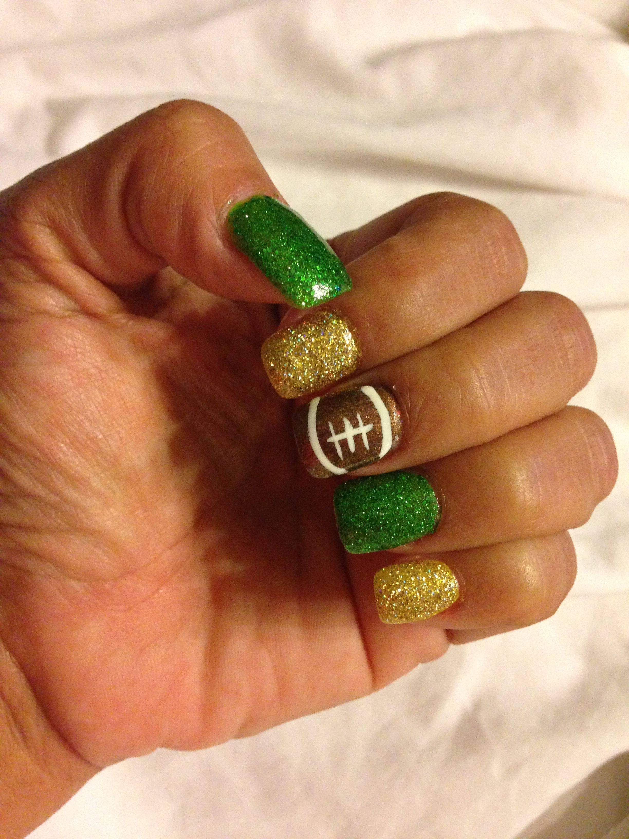 Green Bay Packers Nails Totally Not A Packers Fan But I Could Make This For The Titans Packer Nails Football Nail Designs Super Cute Nails