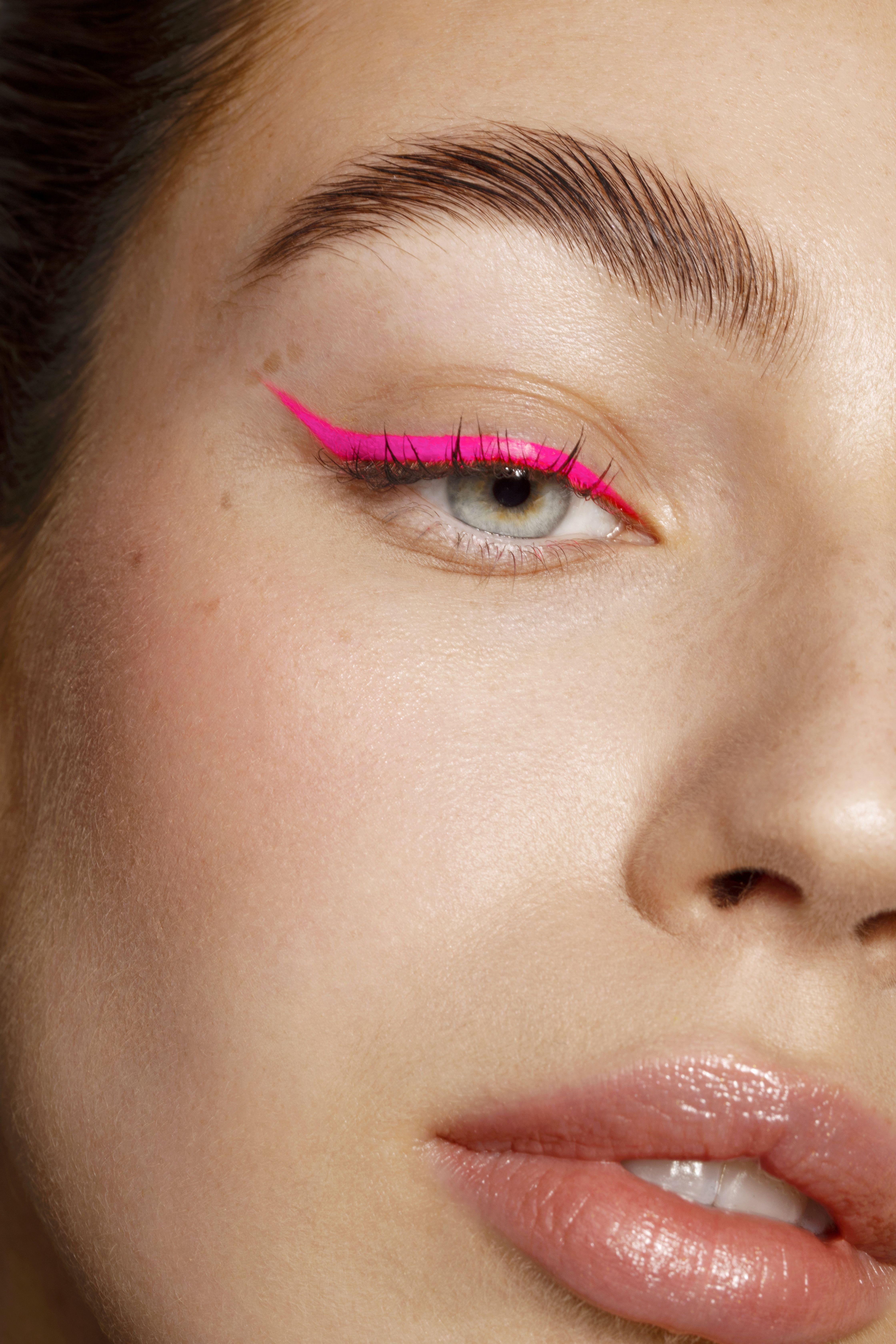 Neon pink eye liner / Macro beauty