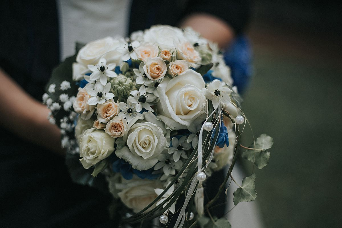 Wunderschoner Brautstrauss Der Auf Die Farben Im Kleid Abgestimmt
