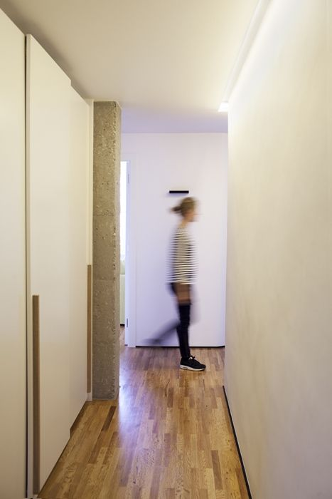 Iluminacion pasillo vivienda barcelona bea bombi - Iluminacion interior armarios ...