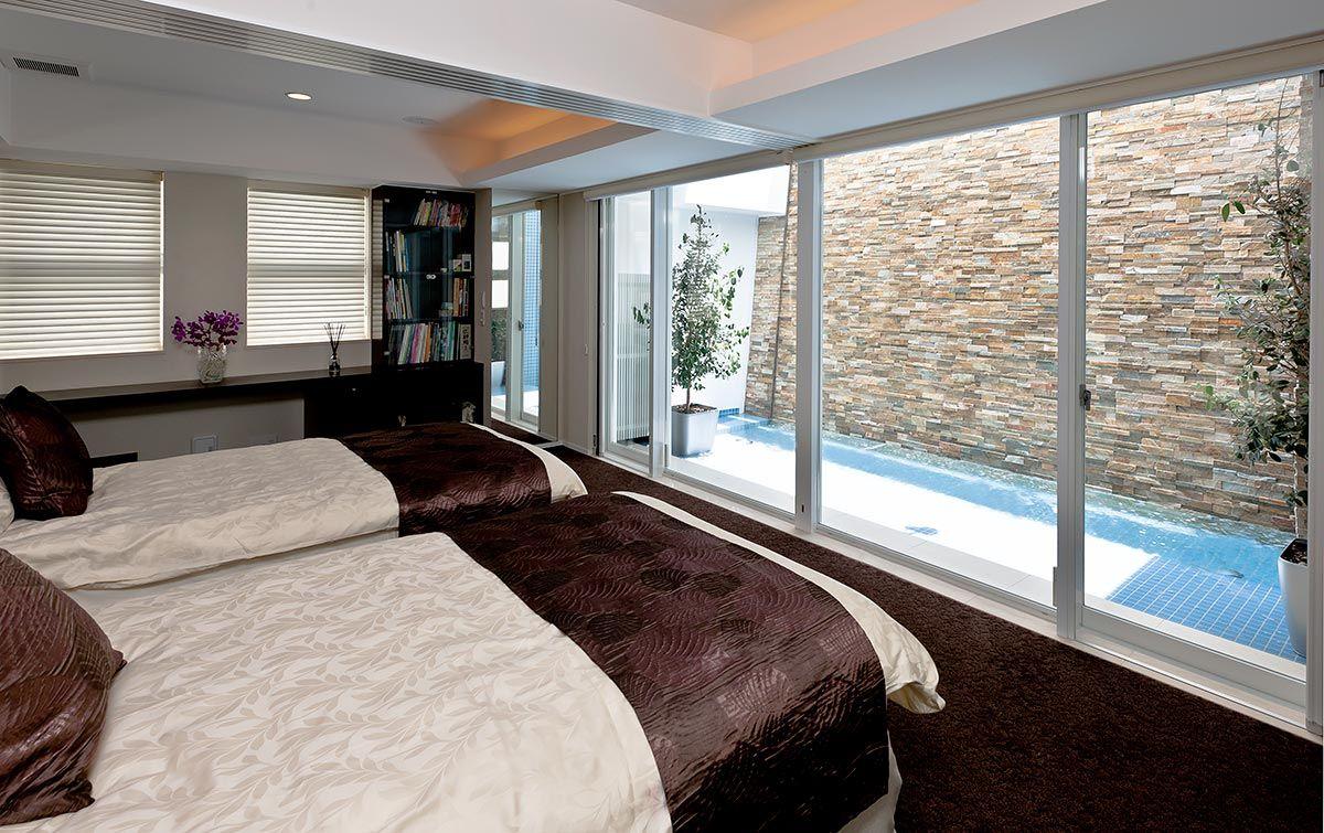 2階寝室は 開口一面に3階から落ちる滝を臨む エアコンが苦手なオーナーを想い 開口をいつでも開け放てるよう外部に閉じた空間とし セキュリティを確保した 画像あり 住宅 ハウス 注文住宅