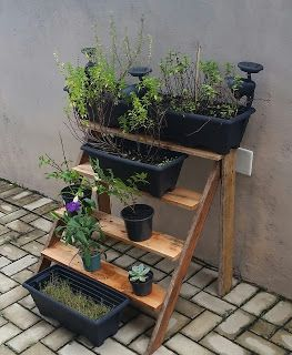 Faça você mesmo uma floreira vertical no estilo de escada.  Este tipo de floreira é muito prática pois permite em um pequeno espaço, acomodar vários vasos de flores de sua preferência e sua construção é bem simples.
