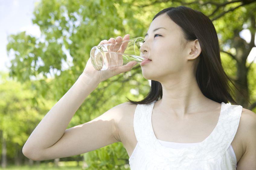 潤うどころか体が悲鳴!時間に量…「間違った水の飲み方」5パターン