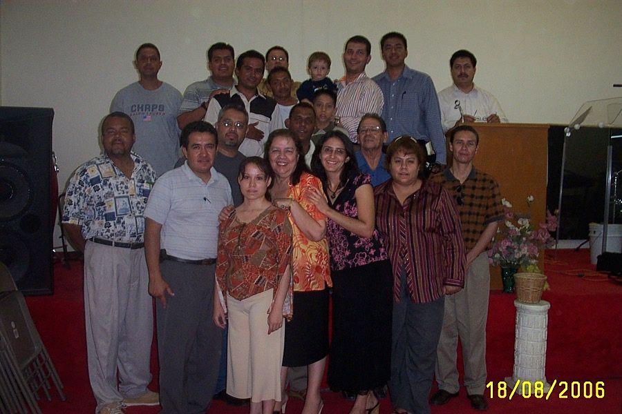 El profesor Félix Caraballo (master en estudios teológicos) de Santo Domingo República Dominicana con grupo de estudiantes del centro de estudios en Cd. Juárez Chihuahua México.