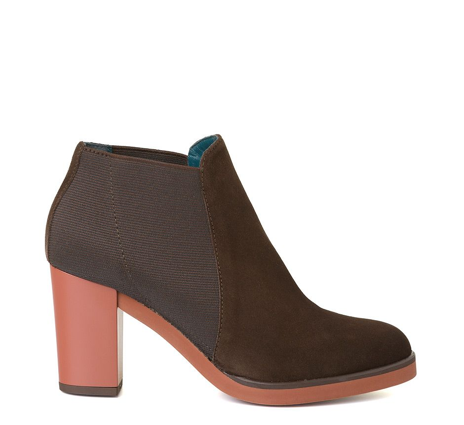 MANI/920 Round toe ankle boot made in flesh split leather with elastic sides. 8 cm high, thick heel and 1 cm thick rubber sole. Leather lining.
