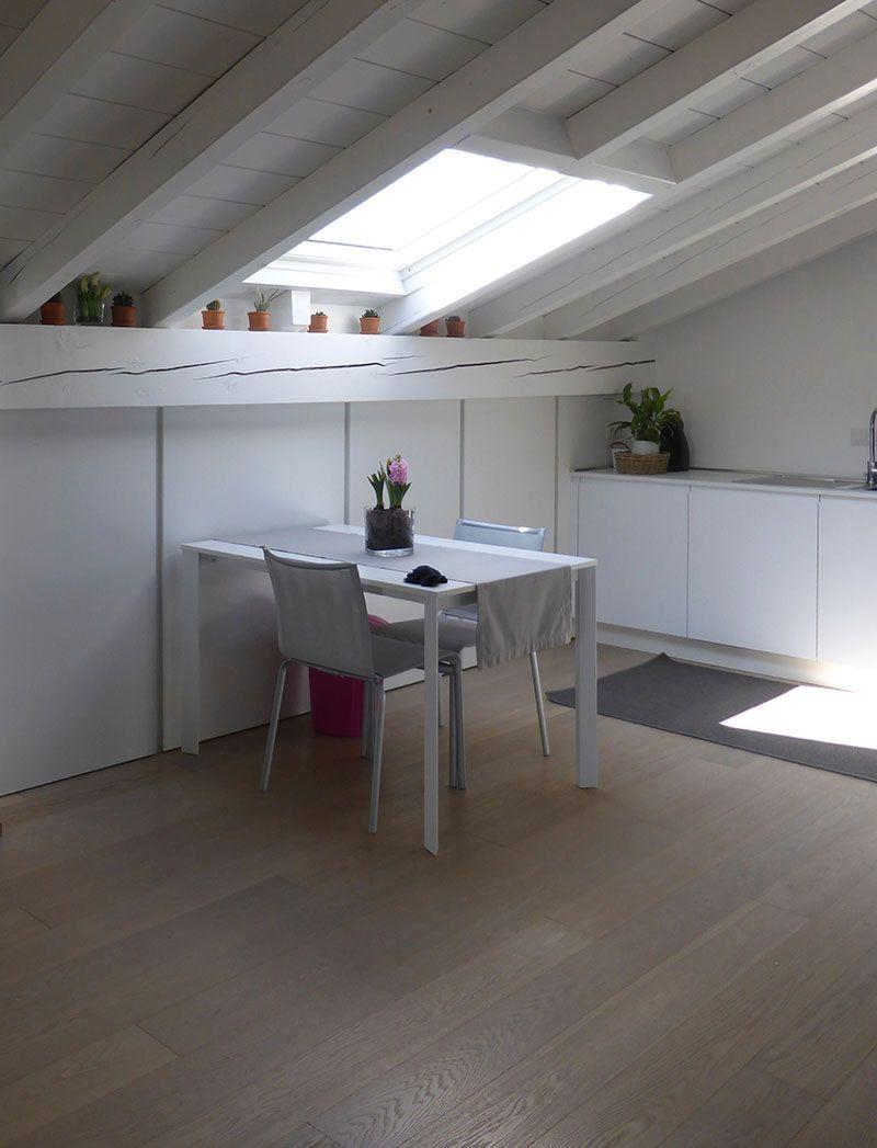 Cucina armoniosa con tetto in legno bianco cucinare in for Mansarda in legno bianco