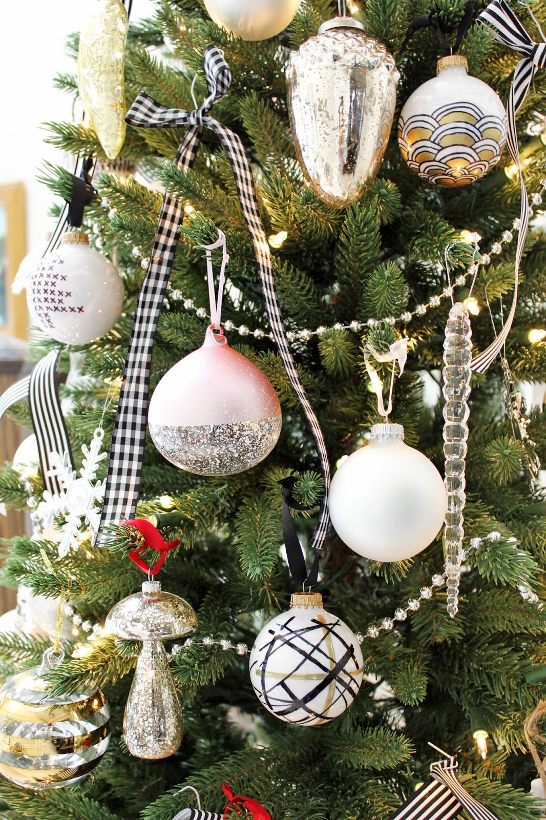 White christmas tree ball ornaments - Am Dolce Vita Holiday Home Tour Black White And Pink Christmas Tree Diy