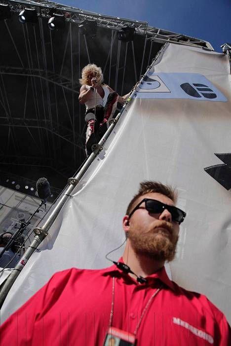 Michael Monroe kiipesi keikkansa aikana lavarakenteita pitkin yläilmoihin, kuten hänellä on usein tapana keikoillaan tehdä.