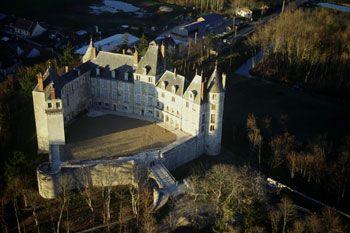 Le château de Saint-Brisson est un château féodal du XIIe siècle construit sur un promontoire dominant le Val de Loire.