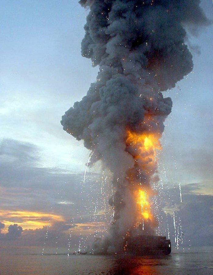 """En noviembre de 2002, fue el buque portacontenedores """"Hanjin Pennsylvania"""" la naviera Hamburg F. Laeisz en el Océano Índico, a unos 150 kilómetros de la costa de Sri Lanka, en llamas.  Dos miembros de la tripulación murieron"""