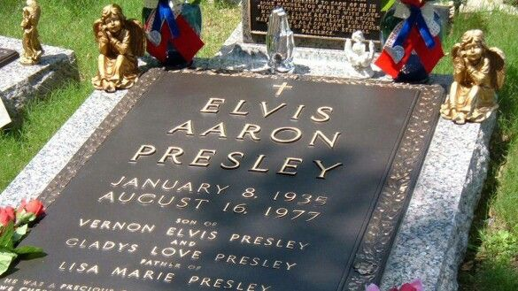 Primer plano de la tumba de Elvis Presley. (Jardín de la Meditación)  Graceland, Menphis. | Graceland, Enterramiento, Fotos