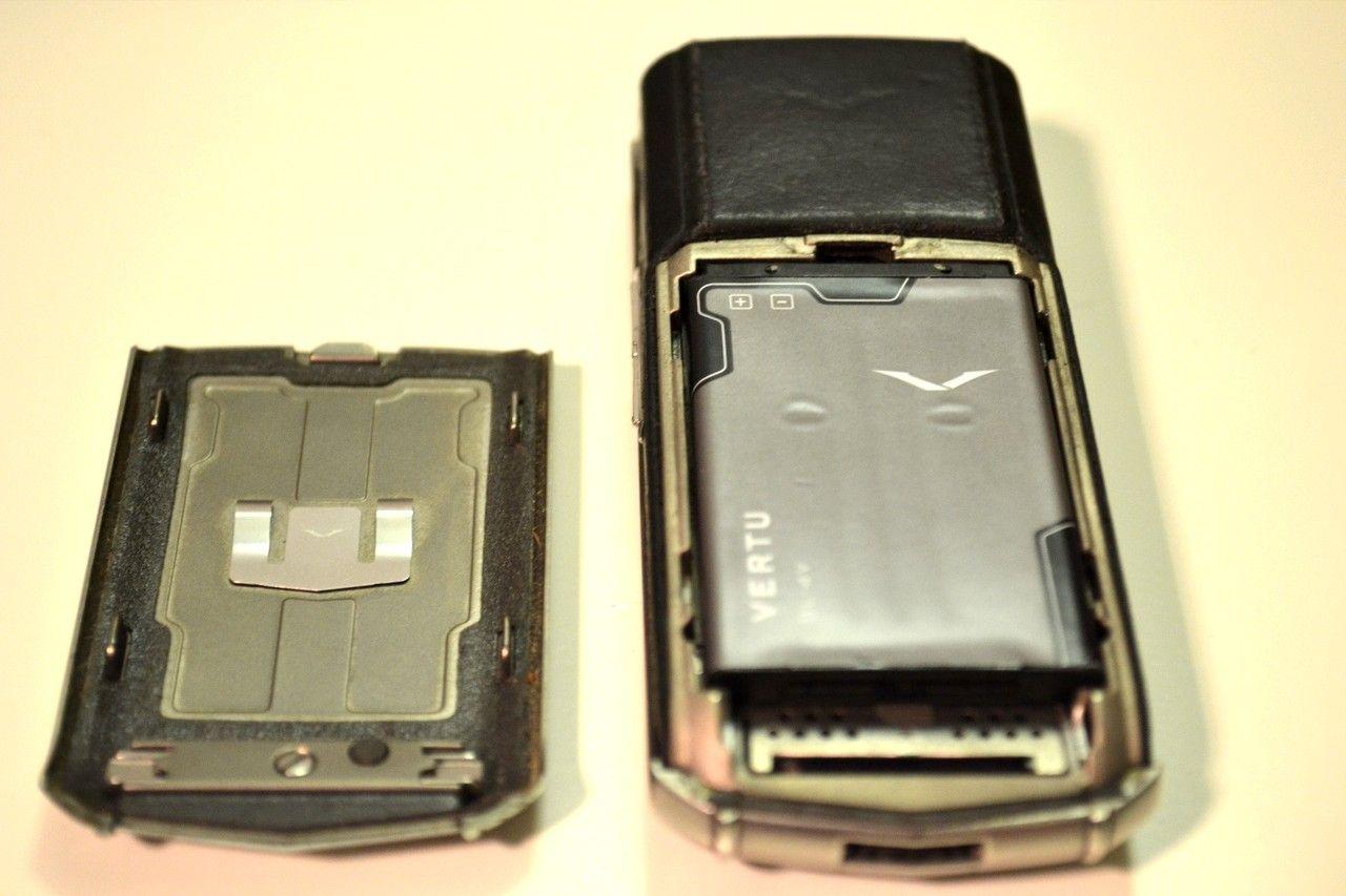 Vertu Ascent    Titanium, black Leather